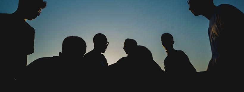 Silhouettes de participants à une session de team building lors d'un séminaire d'entreprise