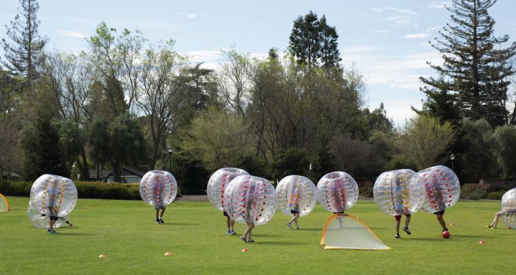 Animation Team-Building (Bubble-foot) durant un séminaire d'entreprise au Château de Vaugrigneuse