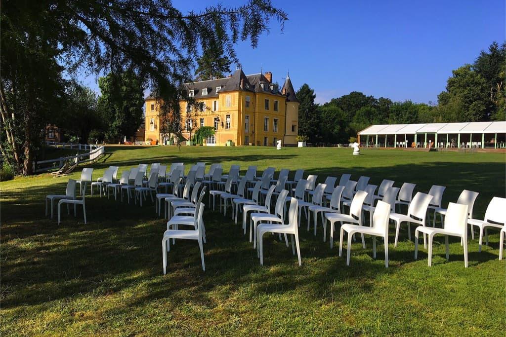 Château de Vaugrigneuse : Cérémonie au bord de l'étang - location pour évènements, séminaires ou réceptions.