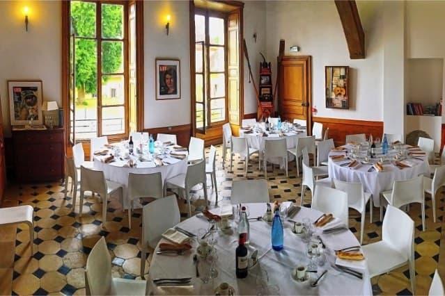 Château de Vaugrigneuse: la salle des gardes en banquet - location pour évènements, séminaires ou réceptions.
