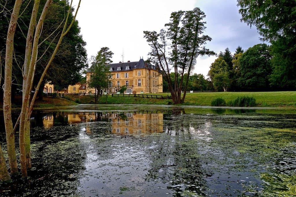 Château de Vaugrigneuse : Vue du château depuis l'étang - location pour évènements, séminaires ou réceptions.