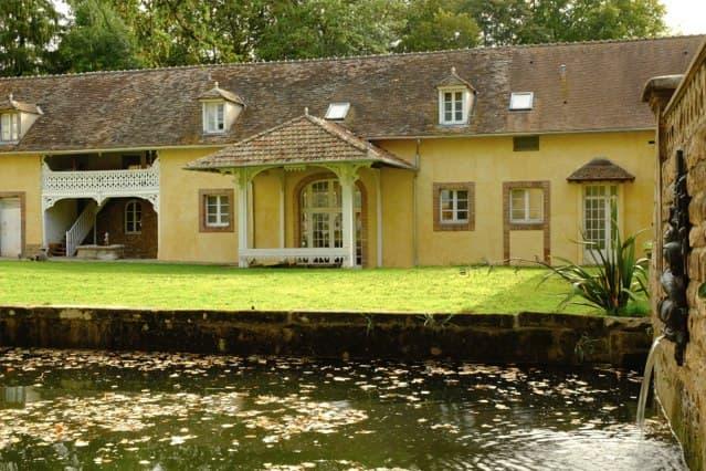 Château de Vaugrigneuse: l'Orangerie, devant le bassin au triton.